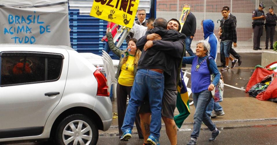 31.ago.2016 - Manifestantes comemoram o impeachment da presidente Dilma Rousseff na avenida Paulista. Dilma foi condenada nesta quarta-feira (31) pelo Senado no processo de impeachment por ter cometido crimes de responsabilidade na condução financeira do governo. O impeachment foi aprovado por 61 votos a favor e 20 contra. Não houve abstenções