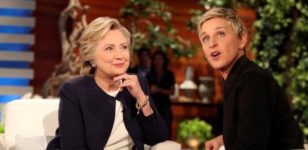 A candidata democrata Hillary Clinton (esq.) com Ellen DeGeneres durante intervalo do programa Ellen Show, em Los Angeles