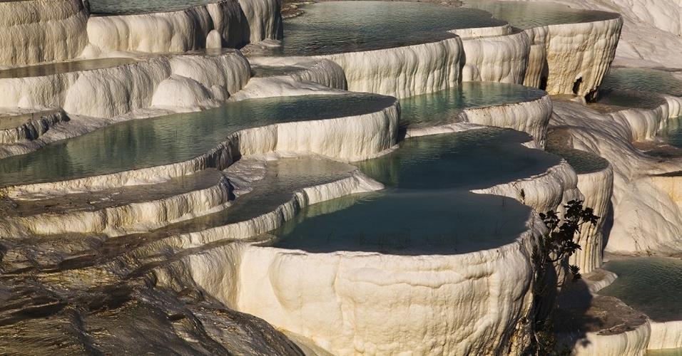 Um reserva de mármore travertino em Pamukkale, Turquia. No sudoeste do país, piscinas naturais de calcário transbordam água morna, rica em minerais