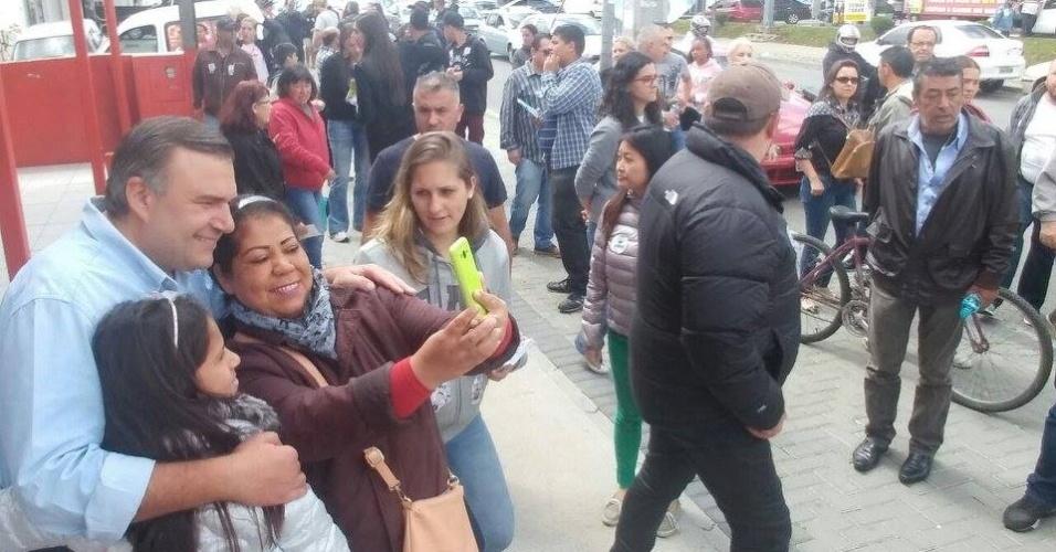 29.out.2016 - O candidato Ney Leprevost (PSD) tira foto com apoiadoras durante caminhada pelo bairro de Fazendinha e região no último dia de campanha antes do segundo turno as eleições em Curitiba