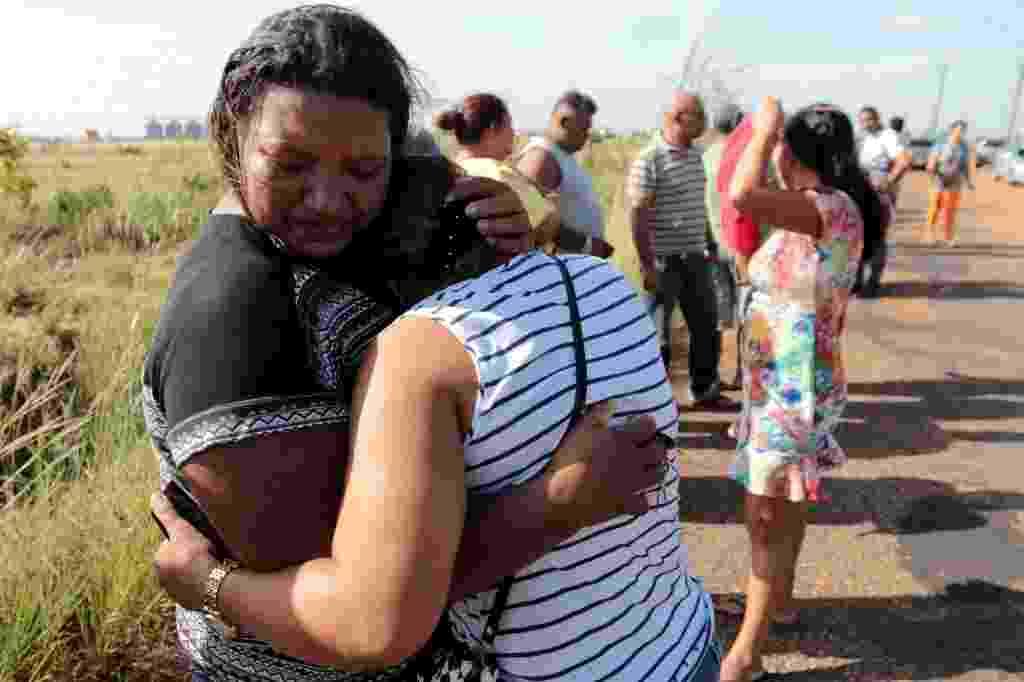 6.jan.2017 - Parentes de detentos da Penitenciária Agrícola de Monte Cristo, na zona rural de Boa Vista, choram em frente ao IML (Instituto Médico Legal) enquanto aguardam notícias sobre as vítimas do massacre que deixou ao menos 31 mortos nesta sexta-feira - J. Pavani/Reuters