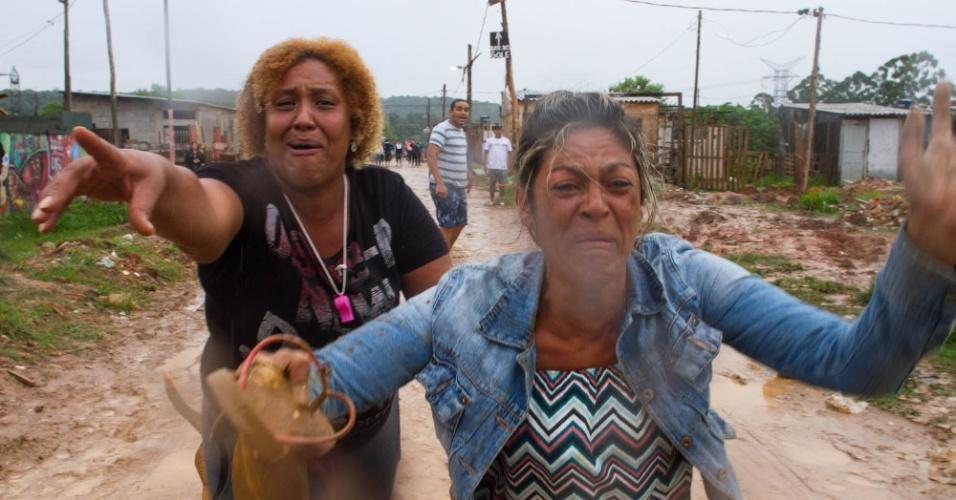 17.jan.2017 - Confronto entre moradores e policiais militares durante reintegração de posse em terreno em São Mateus, na zona leste de São Paulo. Segundo o MTST (Movimento dos Trabalhadores Sem Teto), ao menos 700 famílias moravam no local
