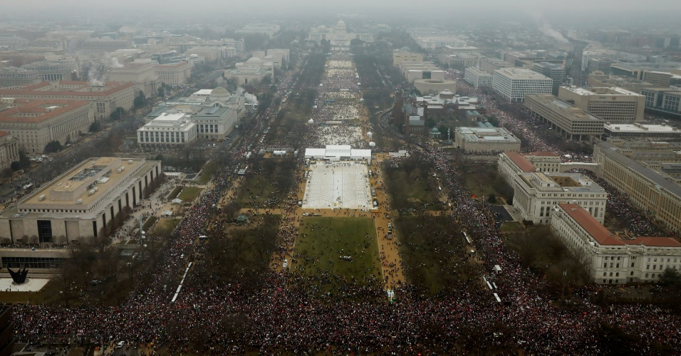 21.jan.2017 - Milhares se reúnem para a Marcha das Mulheres, em protesto contra Donald Trump, em Washington