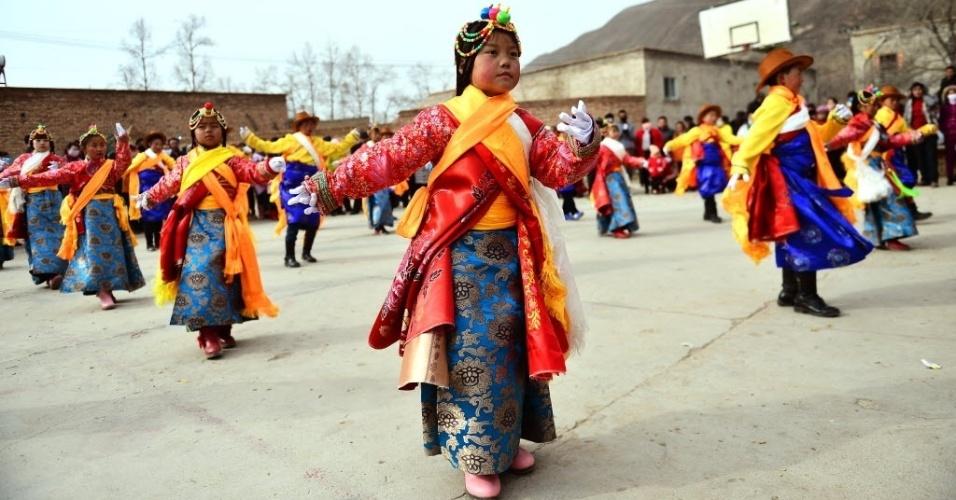 28.jan.2017 - Crianças da vila Hongyahe County, no noroeste da China, fazem apresentação em celebração do Ano Novo Lunar Chinês, comemorado em todo o país