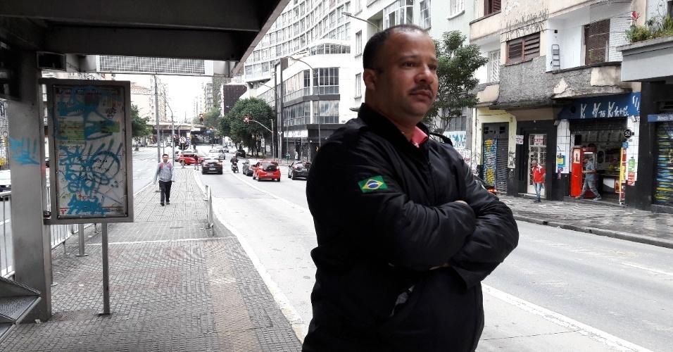 """28.abr.2017 - Às 8h30 desta sexta, o segurança José Wilson Santos, 43, ainda tinha esperanças de que uma lotação passasse. """"Tô aqui na aventura. Se não passar, tenho duas opções: pegar um táxi ou ir a pé. O duro é que são umas duas horas daqui até onde eu moro, na Vila Brasilândia"""", disse. O transtorno, porém, não o deixava perder outra esperança, a de ver o país mudar. """"Tem que fazer greve, mesmo. Senão, como vai ficar daqui para frente?"""""""