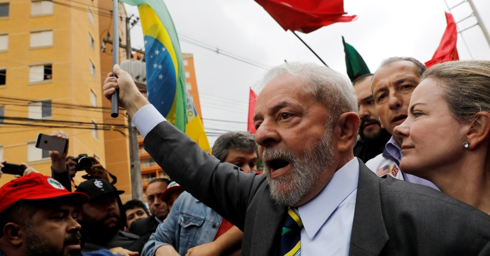 10.mai.2017 - Ex-presidente Luiz Inácio da Silva chega ao prédio da Justiça Federal, em Curitiba, com a senadora Gleisi Hoffmann (PT-PR)