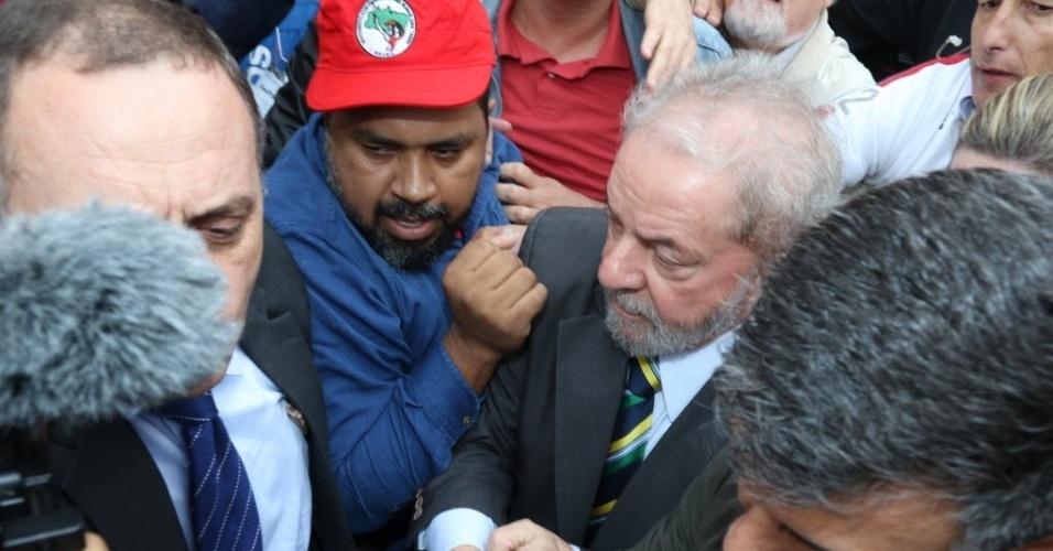 Ex-presidente Luiz Inácio Lula da Silva é recebido por apoiadores nas ruas de Curitiba (PR)