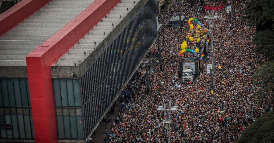18.jun.2017 - Manifestantes ocupam a avenida Paulista, em SP, durante a 21ª edição da Parada Gay de São Paulo. O tema deste ano é