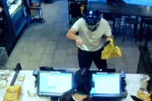Cliente do Starbucks desarma ladrão com máscara do Transformers nos EUA (Foto: Reprodução)