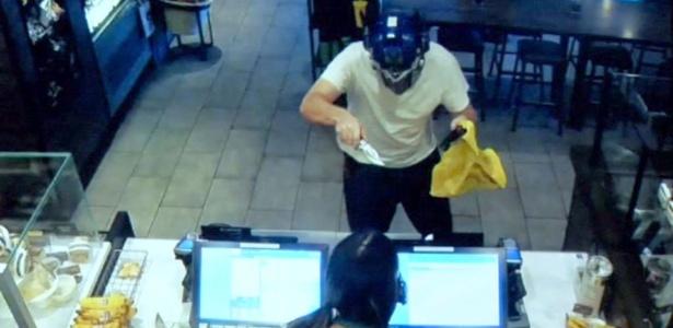 Armado com faca, ladrão com máscara do Transformers ameaça funcionária