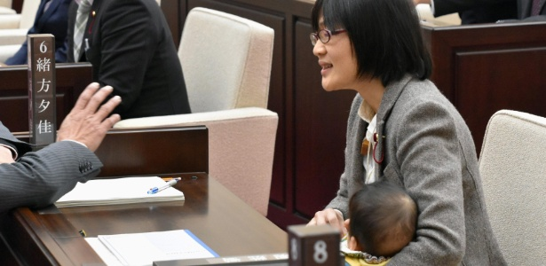 22.nov.2017 - Yuka Ogata segura seu filho durante sessão na assembleia de Kumamoto