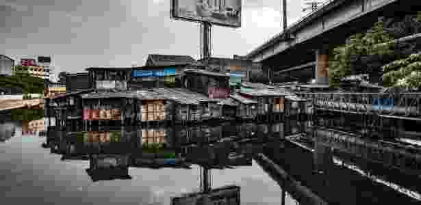 10.nov.2017 - Favela em área inundada em Jacarta, capital da Indonésia, em um dos rios mais poluídos do mundo - Josh Haner/The New York Times - Josh Haner/The New York Times