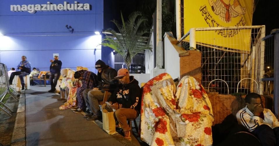 5.jan.2018 - Clientes em busca de descontos esperam na fila abertura de loja do loja Magazine Luiza, Marginal Tietê, zona Norte de São Paulo