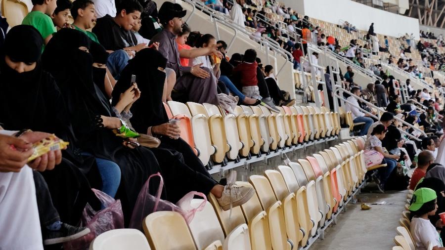 Mulheres em estádio de futebol na Arábia Saudita - Reem Baeshen/Reuters