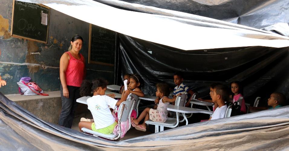5.abr.2018 - Sem água nem ventilador, sobre um chão de terra batida, cerca de 50 alunos assistem às aulas na comunidade São José, na zona rural do município de Areia (PB), onde na sala de aula improvisada faltam merenda e material escolar