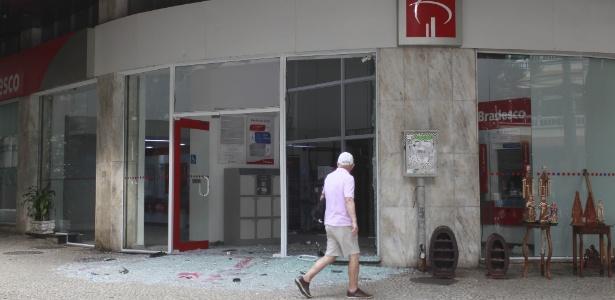 6.mai.2018 - Criminosos explodiram o caixa eletrônico de uma agência bancária do Bradesco, na madrugada deste domingo (6), em Laranjeiras, na zona sul do Rio. Com o impacto, a fachada de vidro ficou destruída, e os estilhaços, espalhados pela calçada