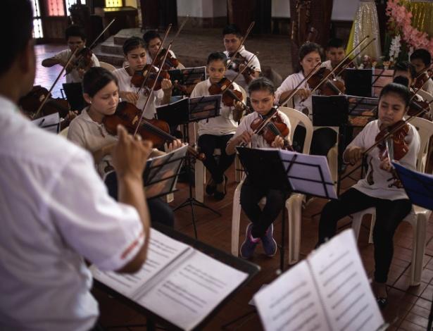 Orquestra toca música barroca durante concerto em Ascención de Guarayos, na Bolívia