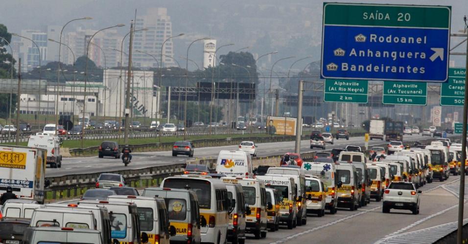 A paralisação dos caminhoneiros contra o aumento do diesel entra no quinto dia, nesta sexta-feira (25). Na distribuidora da Petrobrás em Barueri (SP), vans escolares apoiam o movimento