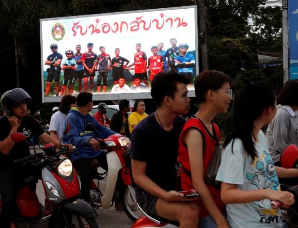 """""""Bem-vindos, garotos"""", diz cartaz instalado na Tailândia após anúncio de que eles estão vivos - TYRONE SIU / Reuters"""