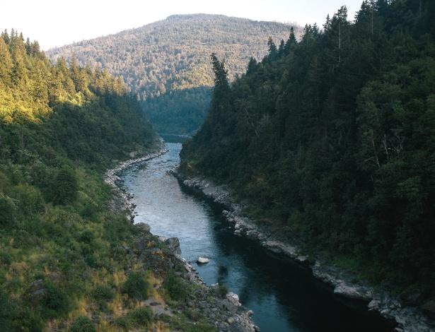 Rio Klamath passa pela reserva de Yurok em Weitchpec, Califórnia