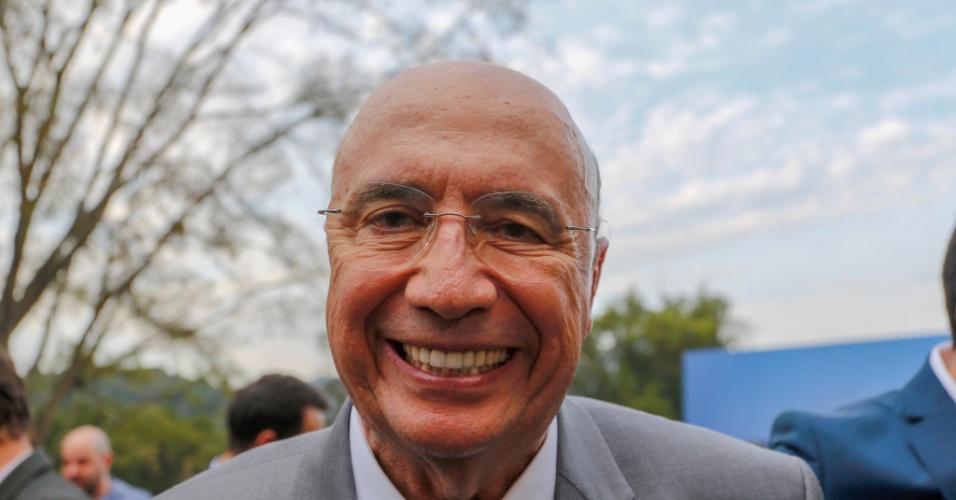 O candidato Henrique Meirelles (MDB) sorri antes de entrar no estúdio do SBT, para participar do debate