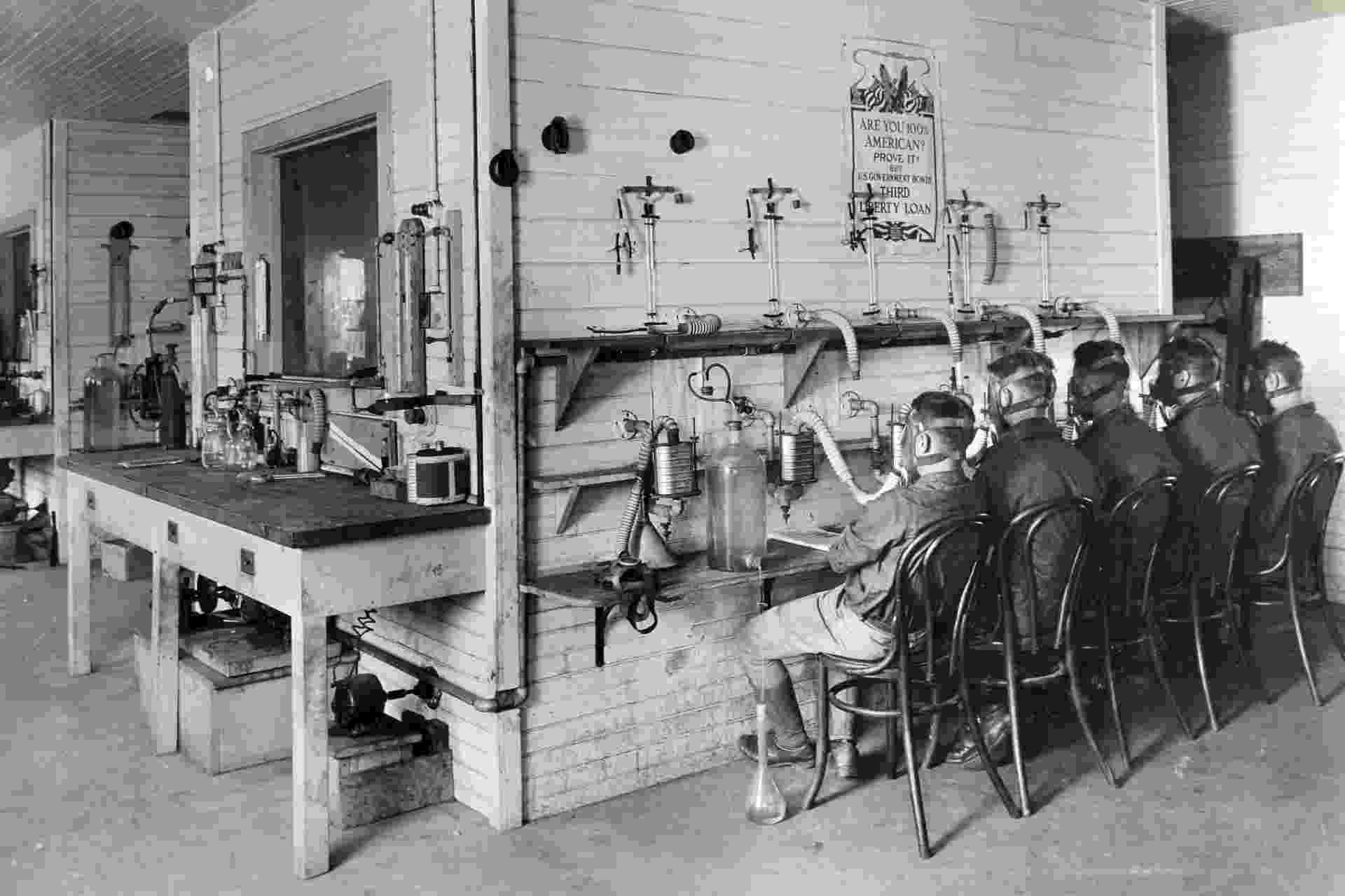 Soldados testam máscaras de gás em laboratório da American University - National Archives and Records Administration