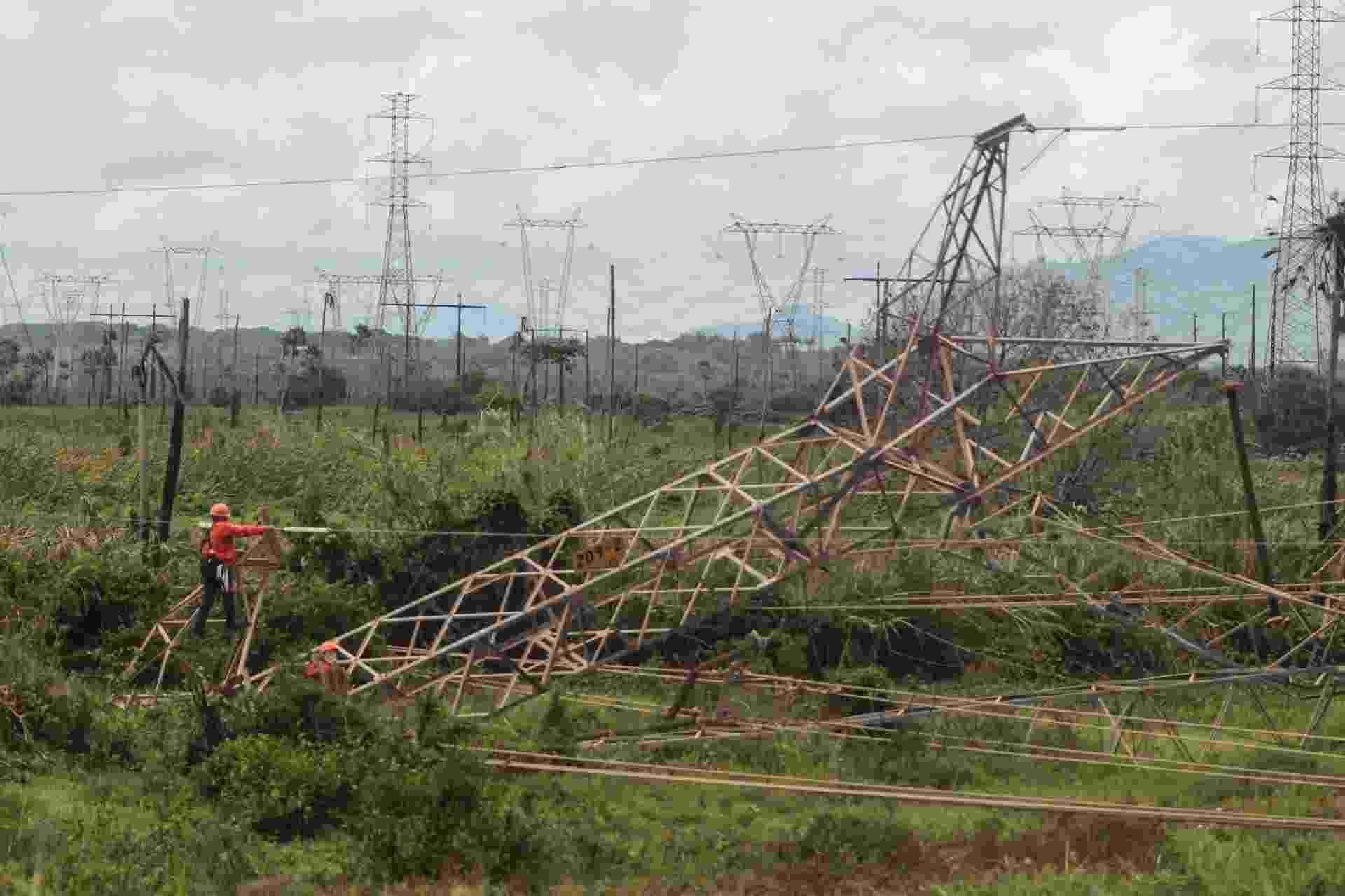 Uma torre de transmissão da Chesf, da subestação de Maracanaú, localizada no Distrito Industrial, Grande Fortaleza (CE), foi derrubada na madrugada deste sábado (12), no 11º dia de ataques na capital cearense - Jarbas de Oliveira/Estadão Conteúdo