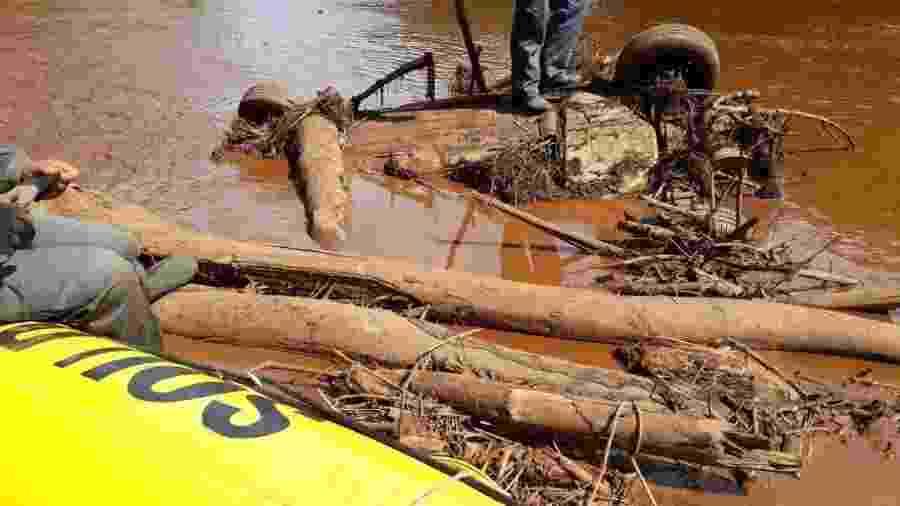 05.02.2019 - Carro foi encontrado com as rodas para cima no rio Paraopeba, em Brumadinho (MG), após rompimento da barragem da Vale - Dvigulgação/Corpo de Bombeiros de Minas Gerais