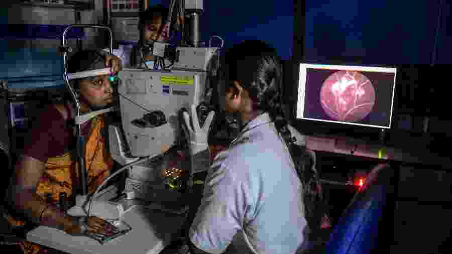 Médicos do Aravind Eye Hospital realizam um exame oftalmológico em um paciente em Madurai, na Índia - Atul Loke/The New York Times