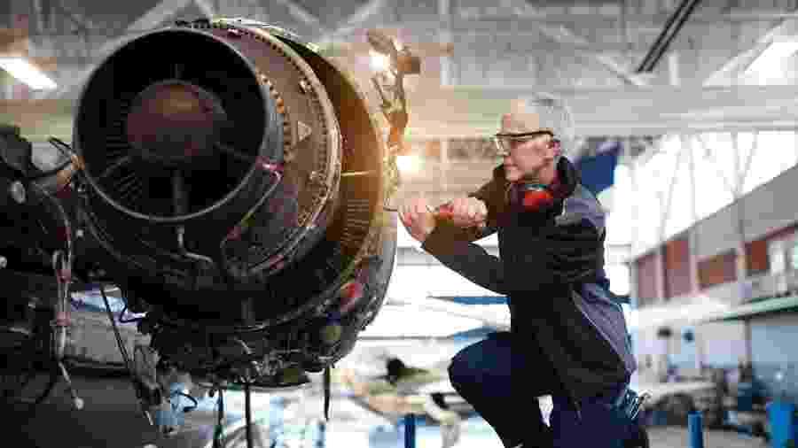 Engenheira faz reparos em uma turbina de avião - Getty Images