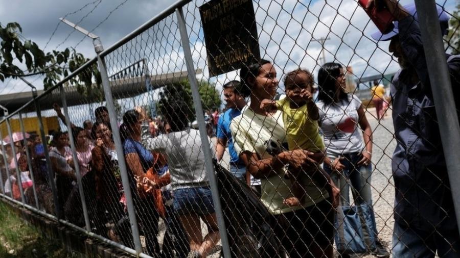 Venezuelanos na fronteira com o Brasil, em Roraima, em foto do ano passado - Reuters