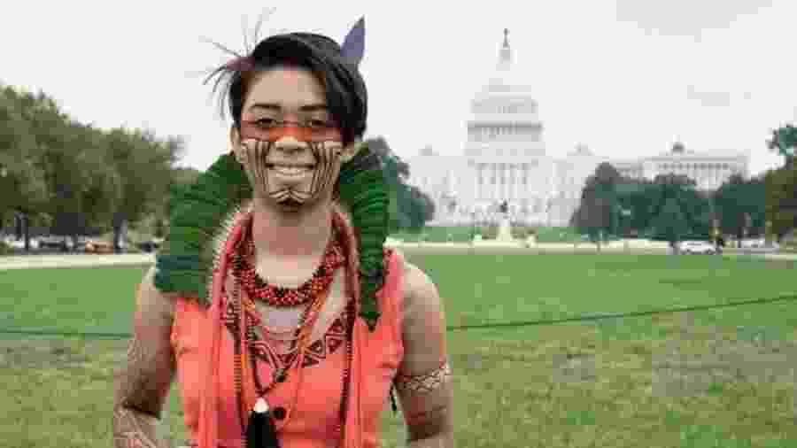 Artemisa Xakriaba em frente ao Congresso dos EUA - Jaye Renold/ If Not Us Then Who via RFI