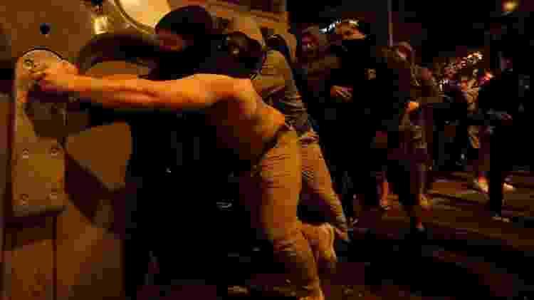 Jovens tentam criar barreiras durante manifestação em Barcelona - Jon Nazca/Reuters