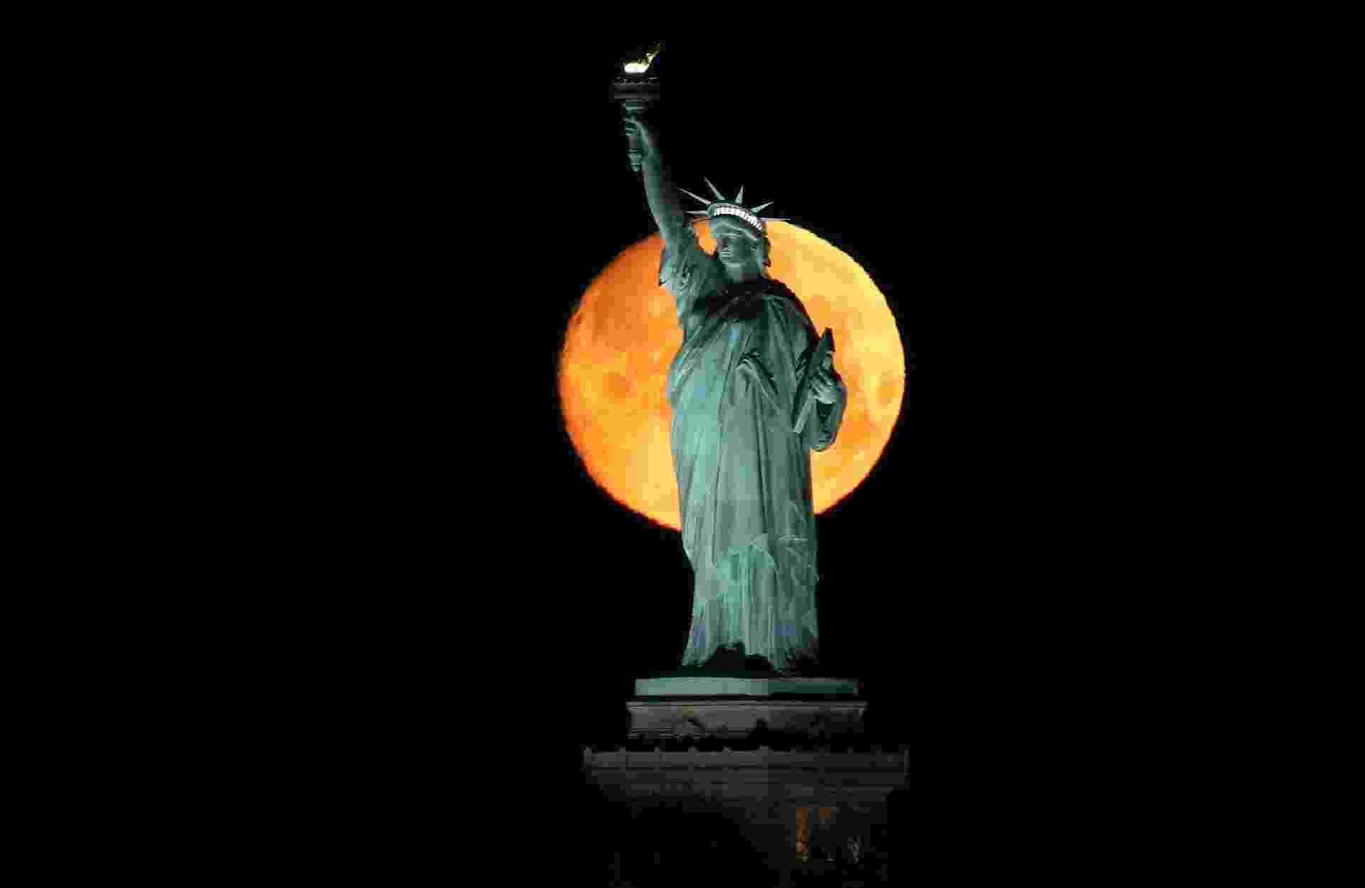 Superlua 97,6% cheia se põe atrás da Estátua da Liberdade. 08/03/2020 em Nova Iorque. (Foto por Gary Hershorn/Getty Images) - Gary Hershorn/Getty Images