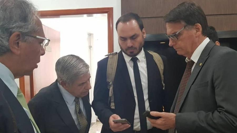 Carlos é fotografado ao lado do pai e dos ministros Augusto Heleno (Gabinete de Segurança Institucional) e Paulo Guedes (Economia) - Reprodução/Instagram/Carlos Bolsonaro