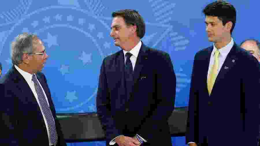 Presidente do BNDES, Gustavo Montezano, ao lado do presidente Jair Bolsonaro e do ministro da Economia, Paulo Guedes, em cerimônia em Brasília - ADRIANO MACHADO