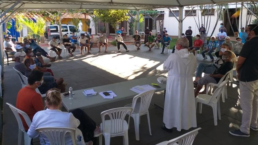 Ao menos 27 homens em situação de rua que são acolhidos por um abrigo institucional, em São José do Rio Preto (SP) testaram positivo para covid-19. Frequentadores do abrigo recebem orientações após exames - Divulgação