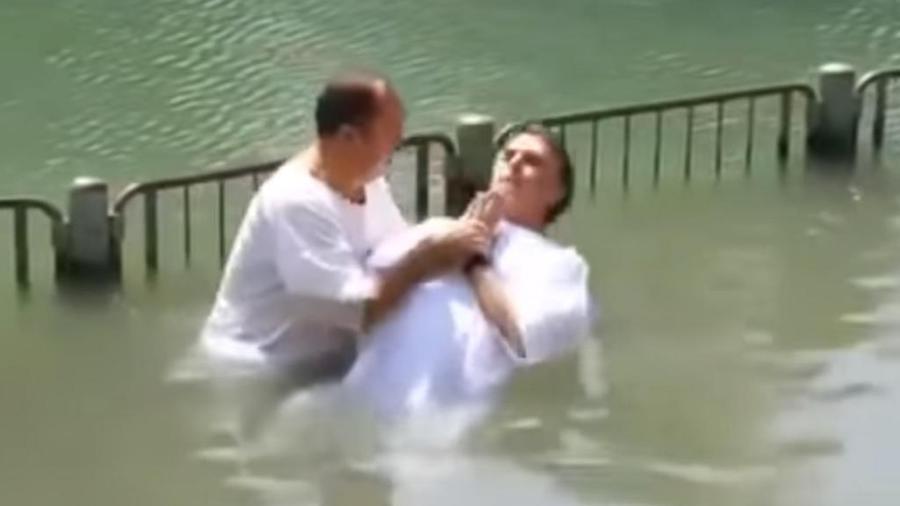 Jair Messias sendo batizado pelo pastor Everaldo, no rio Jordão, em Israel, no dia 12 de maio de 2016 - Reprodução