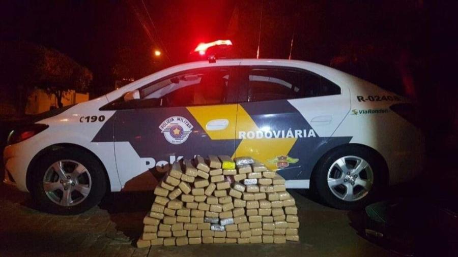 23.out.2020 - Tabletes de maconha apreendidos com trio em Fiat Uno, na região de Guararapes (SP) - Divulgação