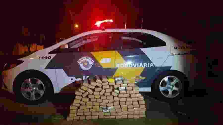 23.out.2020 - Tabletes de maconha apreendidos pela polícia com trio em Fiat Uno, na região de Guararapes (SP) - Divulgação