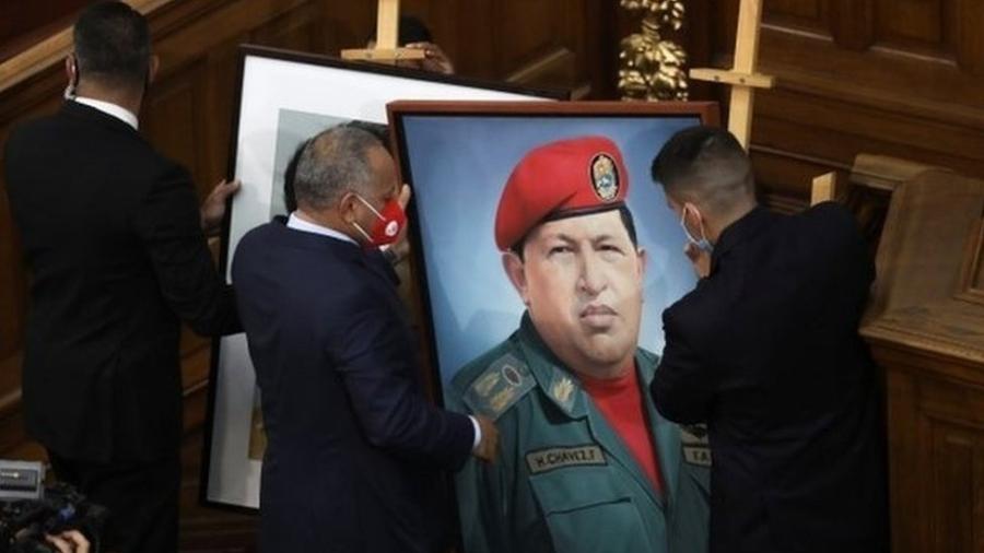 O retrato de Hugo Chávez está de volta à Assembleia Nacional - Reuters