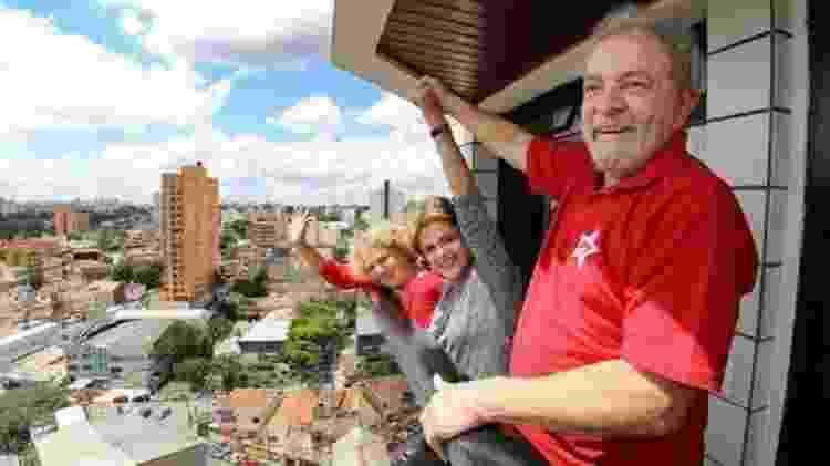 Lula e Dilma acenam na varanda da casa do ex-presidente em São Bernardo do Campo - Instituto Lula - Instituto Lula