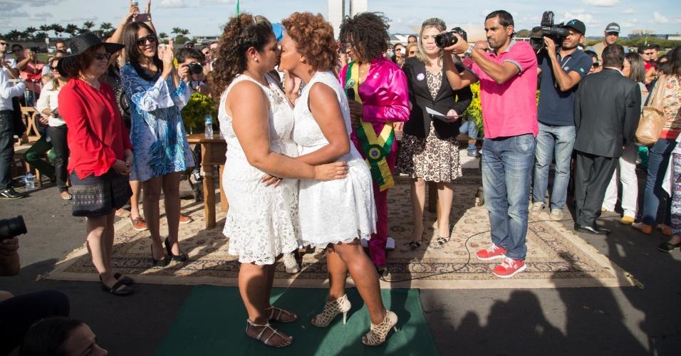 28.jun.2015 - Casal se beija durante casamento coletivo em frente ao Congresso Nacional, em Brasília, antes da Parada Gay na capital federal, neste domingo (28)