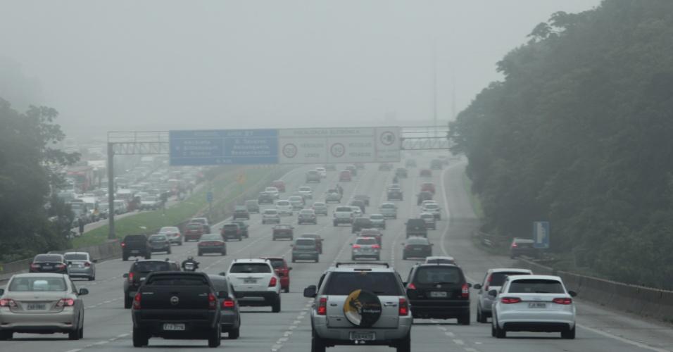 2.nov.2015 - Motoristas enfrentam neblina e tráfego intenso na subida do litoral para a capital paulista na altura do km 33 da rodovia dos Imigrantes, em São Bernardo do Campo (SP), por volta das 14h50 desta segunda-feira (2)