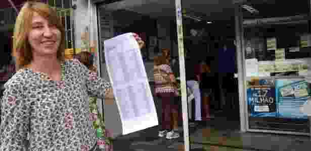 Ana Maria Hubinge mostra a lista com os apostadores que, junto com ela, fizeram um bolão de mais de 40 mil reais - Wilson Dias/Agência Brasil