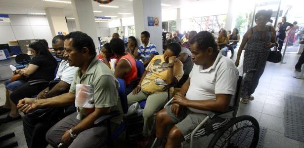 Pessoas aguardam atendimento em agência da Previdência Social no Recife