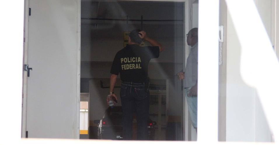 4.03.2016 - Agentes da Polícia Federal fazem buscas dentro do Condomínio Solaris, no Guarujá (SP), em investigação de tríplex que supostamente pertenceria ao ex-presidente Luiz Inácio Lula da Silva (PT). O petista é o principal investigado da 24ª fase da Operação Lava Jato
