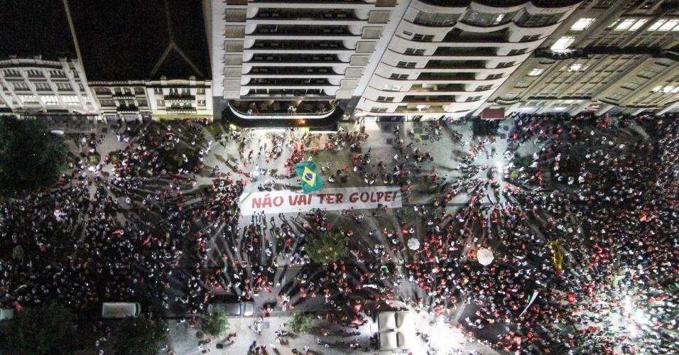 18.mar.2016 - Protesto pró-governo da presidente Dilma Rousseff e em defesa da democracia reúne manifestantes em Curitiba (PR)