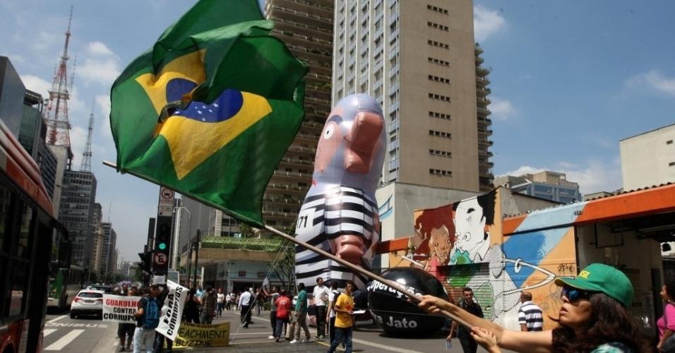 21.mar.2016 - Ativista antigoverno tremula a bandeira do Brasil na Av. Paulista. Desde a última quarta-feira (16), manifestantes acampam numa das principais vias da capital para pedir o impeachment da presidente Dilma Rousseff e a prisão do ex-presidente Luiz Inácio Lula da Silva