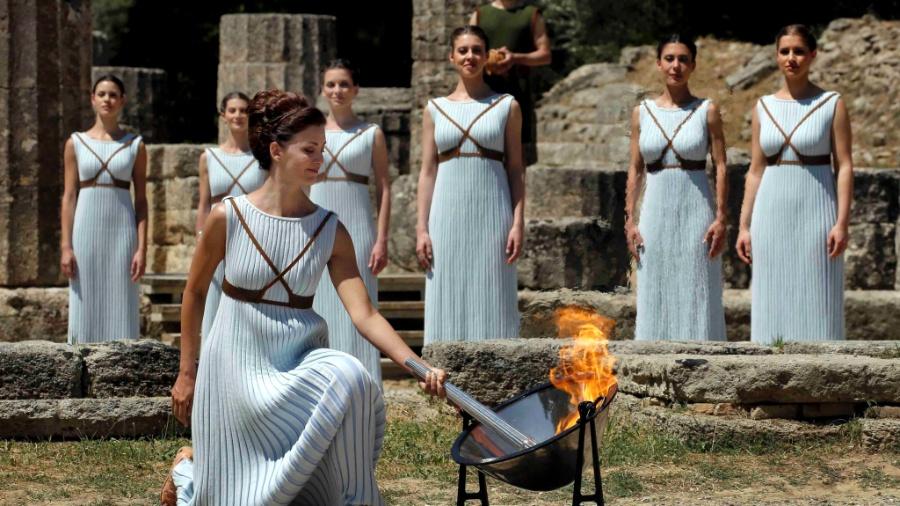 A atriz grega Katerina Lehou, desempenhando o papel da Grande Sacerdotisa, da Grécia antiga - Yannis Behrakis/Reuters